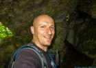 Selfie in einer kleinen Höhle rechts im Tor