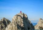 einer von zwei Wanderern die über den Grat zum Gipfel gekommen sind