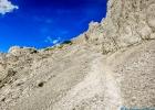 ein steiniger Weg hinauf und hinunter