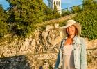 Melanie mit Hut in der Abendsonne