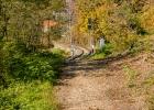 den Gleisen entlang zum Bahnhof