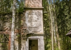 seitlicher Turm mit einem alten verfallenen Kasten
