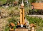 sogar eine Kirche hat das Insektenhotel-Dorf