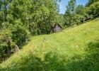 Vorbei an einer alten Hütte
