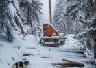 Der erneute Schneefall hat auch die Waldarbeiter überrascht