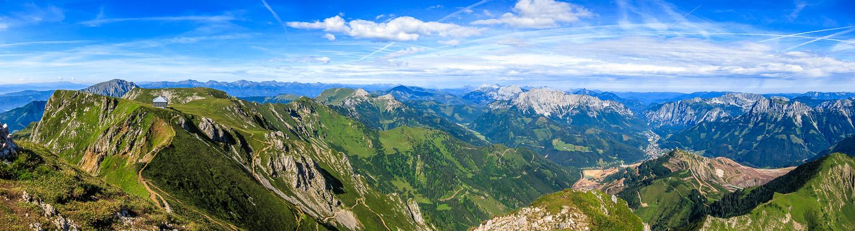 Panorama mit der Reichensteinhütte und einem Teil des Erzberges